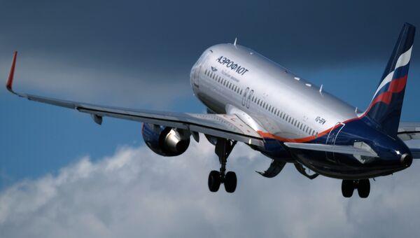 Самолет во время взлета. Архивное фото