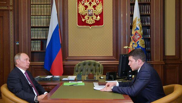 Президент РФ Владимир Путин и временно исполняющий обязанности губернатора Калининградской области Антон Алиханов во время встречи. 16 августа 2017