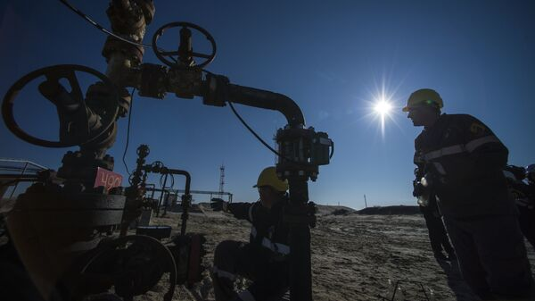 Сотрудники нефтедобывающего предприятия у установки предварительного сброса воды
