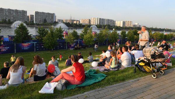 Отдыхающие на международном фестивале фейерверков Ростех в Братеевском каскадном парке в Москве. 19 августа 2017