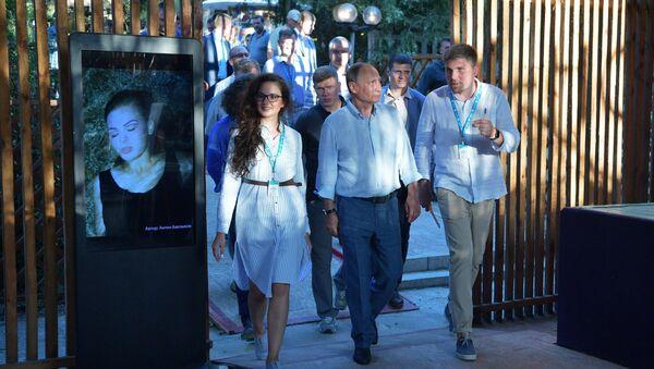 Президент РФ Владимир Путин знакомится с тематическими выставками творческих групп на форуме Таврида. 20 августа 2017