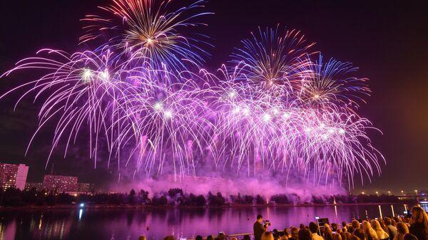 Международный фестиваль фейерверков Ростех в Братеевском каскадном парке в Москве