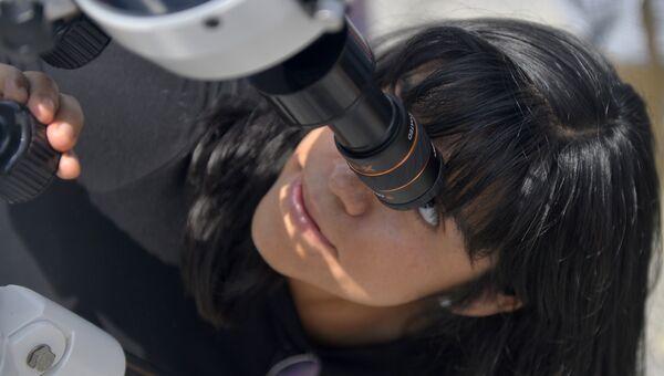 Девушка наблюдает за солнечным затмением в Мексике. 21 августа 2017