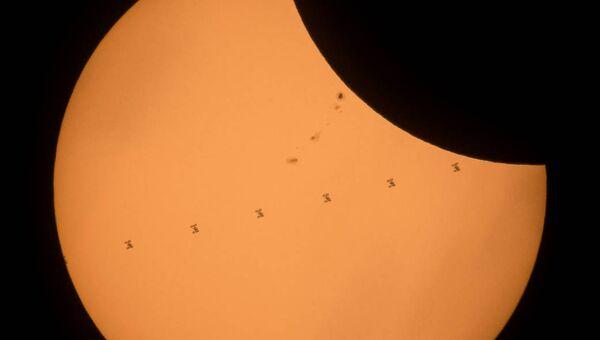 Транзит Международной космической станции во время солнечного затмения. 21 августа 2017