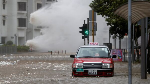 Волна спровоцированная тайфуном Хато на улице Гонконга. 23 августа 2017
