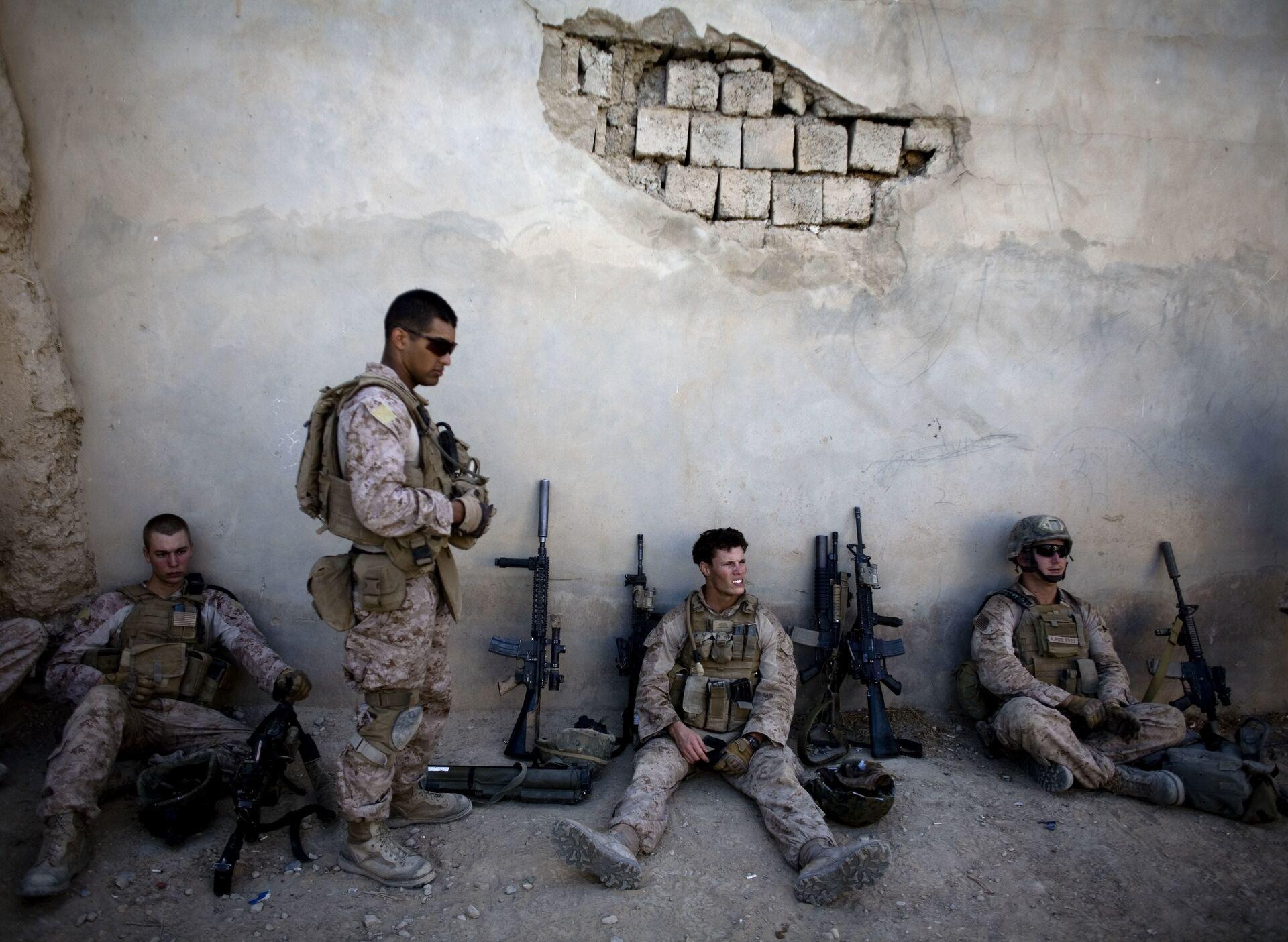 Морские пехотинцы США отдыхают во время патрулирования города Сангин в Афганистане. 3 ноября 2011  - ПРОФИ Новости, 1920, 18.09.2020