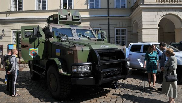 Бронеавтомобиль Козак-2 во время демонстрации техники на площади Рынок во Львове. 26 мая 2016
