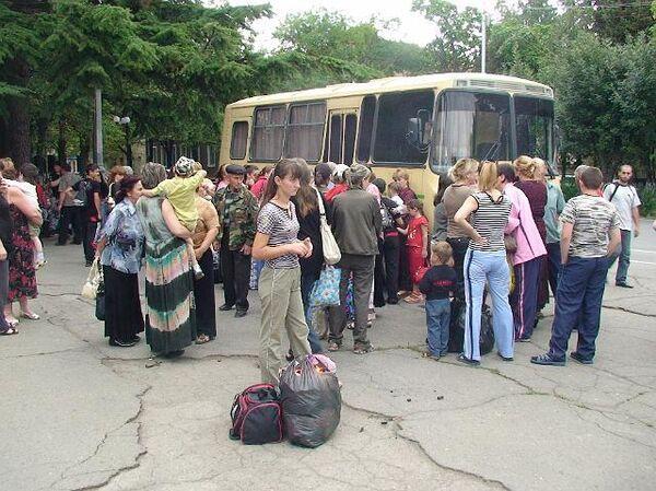 Женщины и дети, эвакуированные из Южной Осетии
