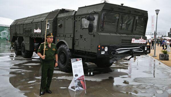 Самоходная пусковая установка  ракетного комплекса Искандер-М на международном военно-техническом форуме Армия-2017. 23 августа 2017