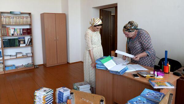 Сотрудники школы №11 в Грозном готовят списки для выдачи учебников. 23 августа 2017