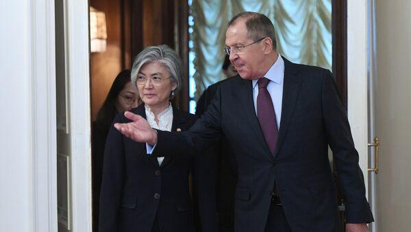 Сергей Лавров и министр иностранных дел Республики Корея Кан Ген Хва во время встречи. 25 августа 2017