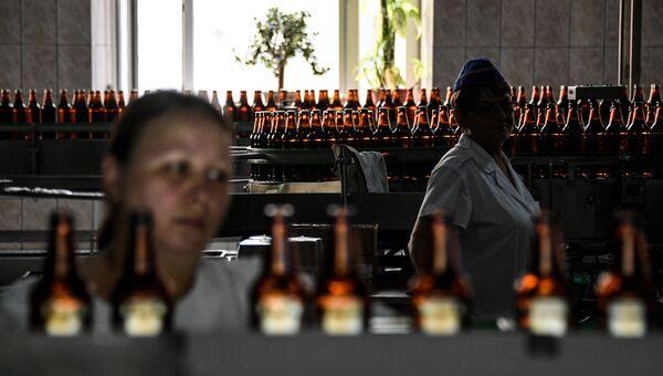 Цех розлива на Жигулевском пивоваренном заводе в Самаре. Архивное фото