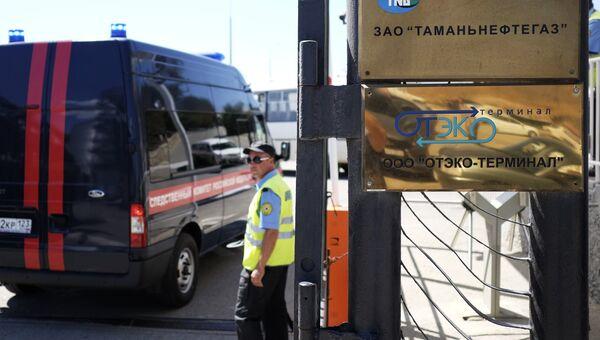 Автомобиль Следственного комитета РФ у места падения автобуса с людьми в море, Краснодарский край. 25 августа 2017