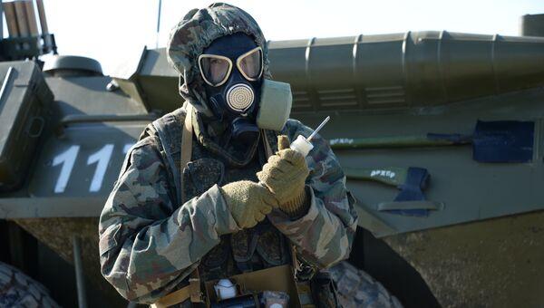 Военнослужащий войск радиационной, химической и биологической защиты (РХБЗ). Архивное фото