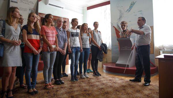 Девушки-кандидаты в курсанты Краснодарского высшего военного авиационного училища летчиков в музее училища во время ознакомительной экскурсии