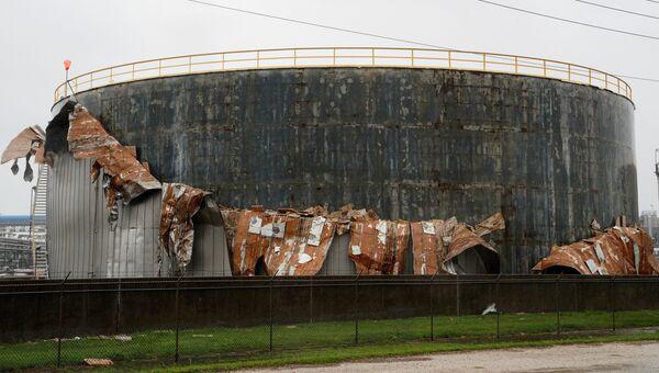 Поврежденный в результате шторма Харви нефтяной танкер в Техасе. 26 августа 2017
