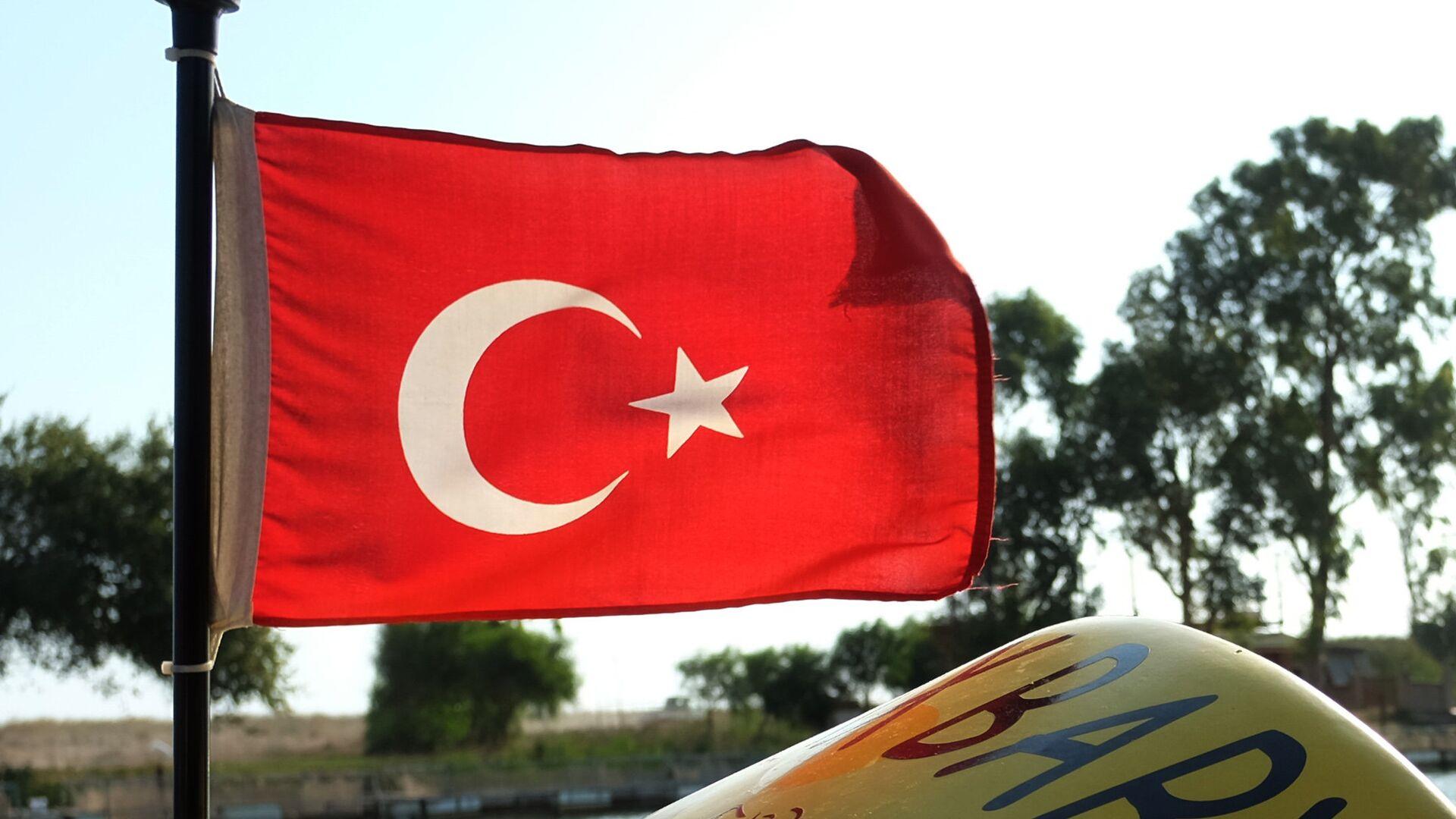 Флаг Турции на катере в Анталье - РИА Новости, 1920, 24.09.2021