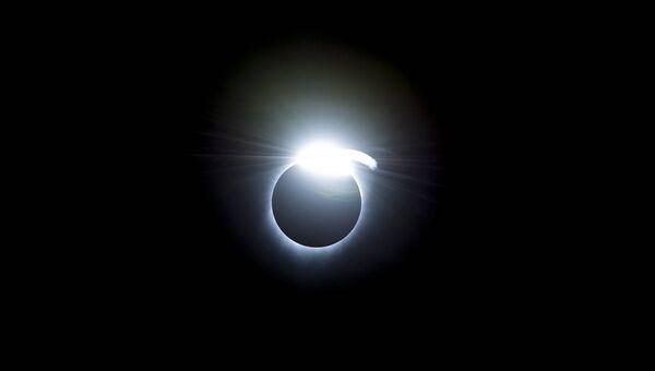 Эффект бриллиантового кольца во время полного солнечного затмения
