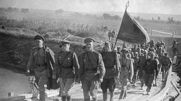 Воинское подразделение Советской Армии выдвигается на боевую позицию.