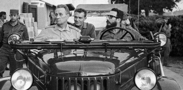Фидель и Рауль Кастро показывают сельское хозяйство маршалу А.Гречко. Архив