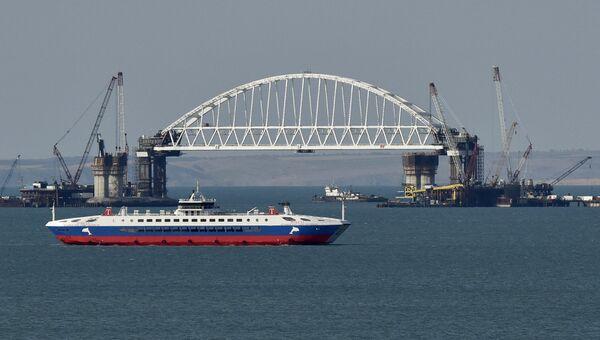 Железнодорожная арка строящегося моста через Керченский пролив, поднятая до проектной высоты. Архивное фото