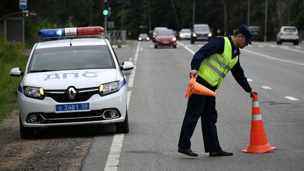 Сотрудник ДПС во время дежурства на одной из автодорог в Московской области. Архивное фото