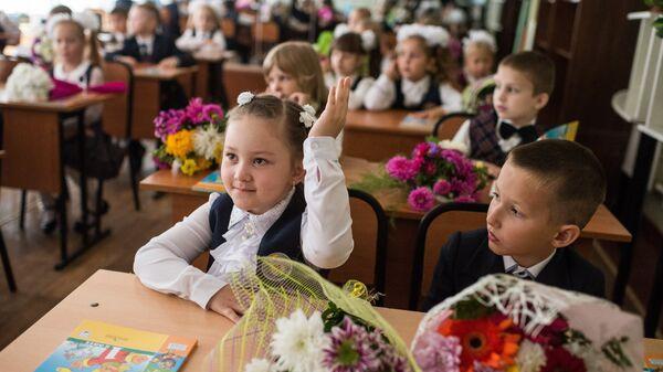 Ученики гимназии №26 города Омска в классе после торжественной линейки посвященной Дню знаний