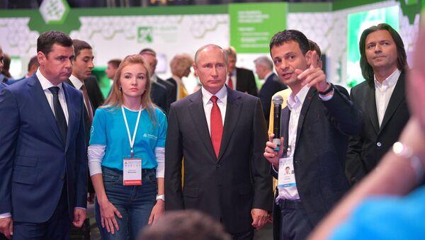 Владимир Путин во время посещения выставки Всероссийского форума профессиональной навигации ПроеКТОриЯ в комплексе Арена 2000 в Ярославле. 1 сентября 2017