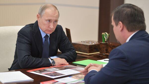 Владимир Путин и временно исполняющий обязанности губернатора Новгородской области Андрей Никитин во время встречи. 2 сентября 2017