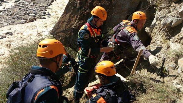 Спасатели Центра Лидер МЧС приступили к работам на месте разрушенной дороги в КБР. 2 сентября 2017