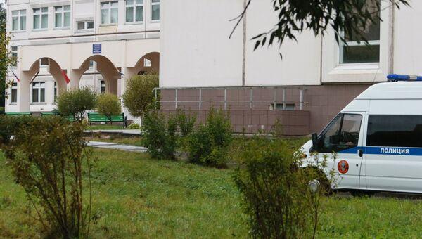 Автомобиль правоохранительных органов у здания школы №1 в Ивантеевке Московской области, где подросток открыл стрельбу. 5 сентября 2017