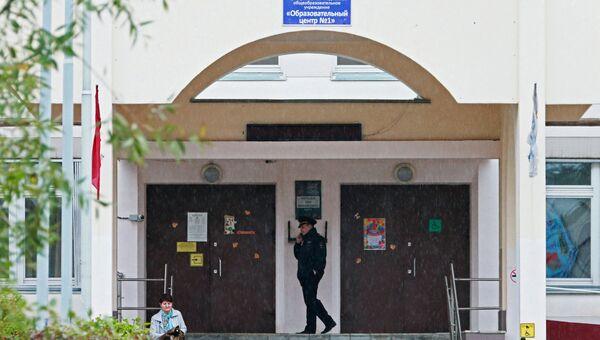 Сотрудник правоохранительных органов у здания школы №1 в Ивантеевке Московской области. Архивное фото