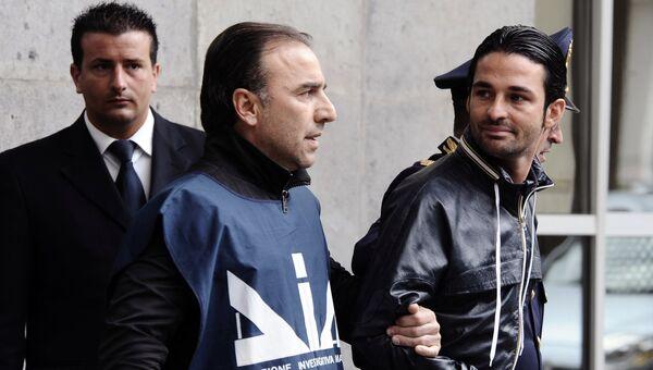 Паоло Скьявоне после ареста в порту Неаполя в Италии