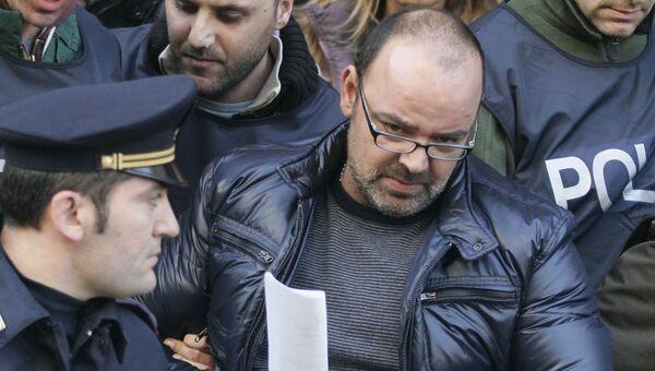 Винченцо Личчиарди, один из тридцати самых разыскиваемых мафиози страны, сопровождается полицией после его ареста в Неаполе, на юге Италии