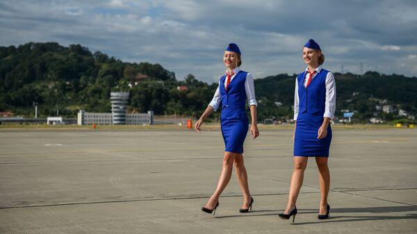 Стюардессы на летном поле в международном аэропорту Сочи