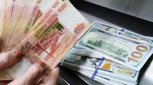 Доллары США и рубли. Архивное фото