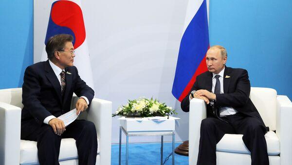 7 июля 2017. Президент РФ Владимир Путин и президент Республики Корея Мун Чжэ Ин (слева) во время встречи на полях саммита лидеров Группы двадцати G20 в Гамбурге