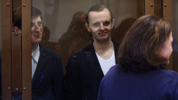 Члены хакерской группы Шалтай-Болтай Александр Филинов и Константин Тепляков во время оглашения приговора в Московском городском суде. 6 сентября 2017