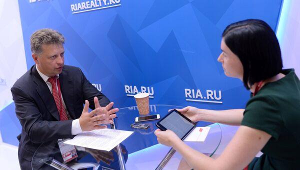 Министр транспорта РФ Максим Соколов во время интервью у стенда Международного мультимедийного пресс-центра МИА Россия сегодня на площадке Восточного экономического форума во Владивостоке