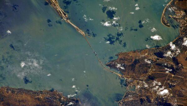 Космический снимок зоны строительства моста через Керченский пролив от космонавта Сергей Рязанского. 2 сентября 2017