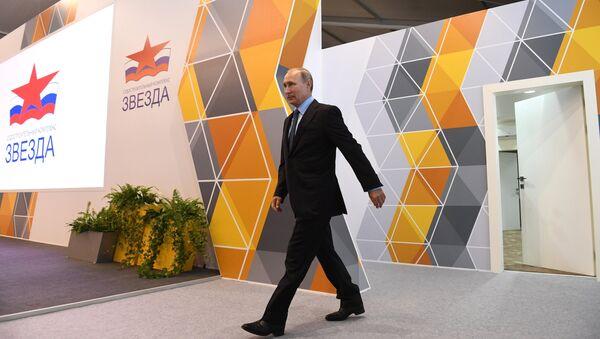 Владимир Путин во время посещения дальневосточного судостроительного комплекса Звезда. 8 сентября 2017
