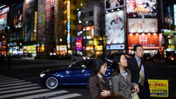 Жители Токио на одной из улиц город. Архивное фото
