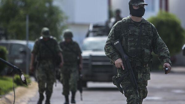 Солдаты покидают частное закрытое сообщество после нападения на военный конвой в Кульякане, Мексика