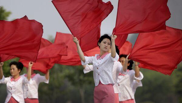 Девушки с флагами на улице Пхеньяна. Архивное фото