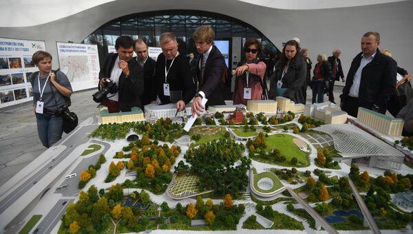 Посетители в Медиацентре на открытии парка Зарядье в Москве. 9 сентября 2017