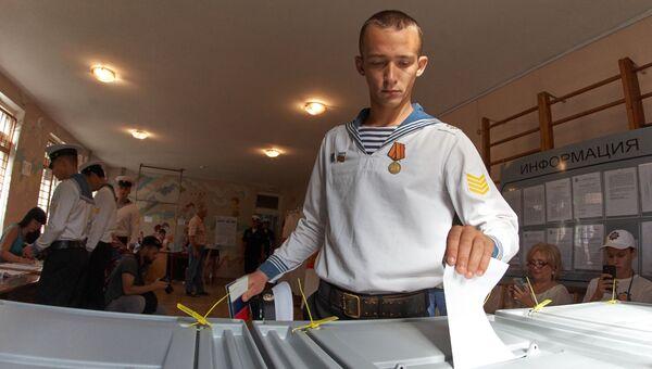 Курсант Нахимовского военно-морского училища в единый день голосования на избирательном участке в Севастополе. 10 сентября 2017