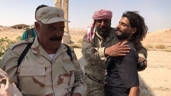 Встреча подразделений пятого корпуса армии САР с частями сирийской армии на юге Дейр-эс-Зора, после прорыва кольца окружения ИГ*. 10 сентября 2017