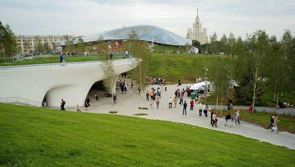Посетители в природно-ландшафтном парке Зарядье в Москве. 11 сентября 2017