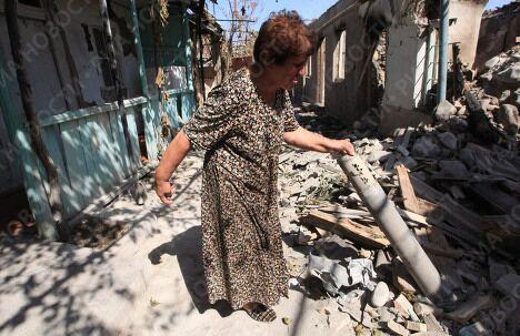 Жительница Цхинвали возле своего дома