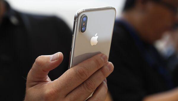 Тестирование нового телефона iPhone X в штаб-квартире Apple в Купертино
